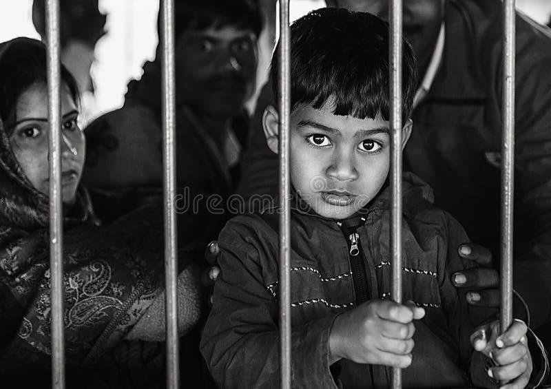 Un pequeño muchacho indio que mira fuera de ventana del tren fotografía de archivo libre de regalías