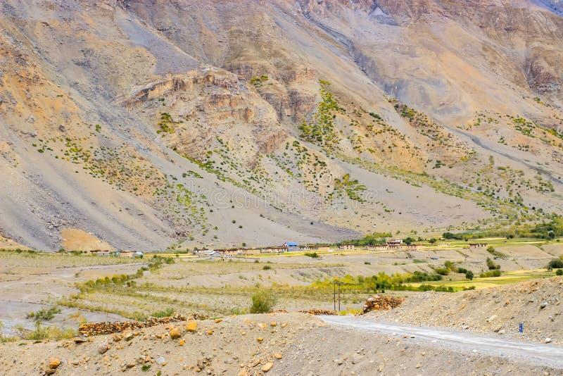 Un pequeño muy pueblo ocultado en las montañas foto de archivo libre de regalías