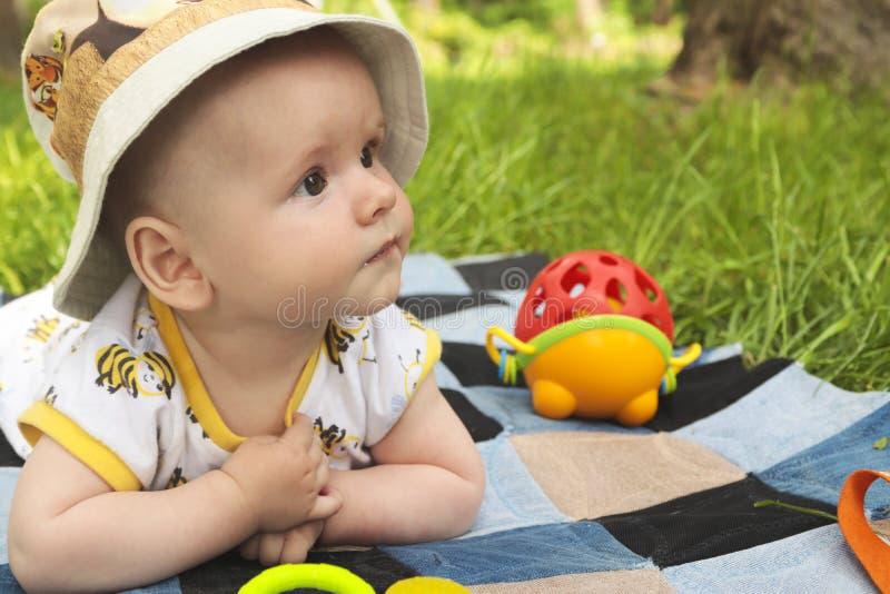 Un pequeño niño en un sombrero que descansa en el verano fotografía de archivo libre de regalías