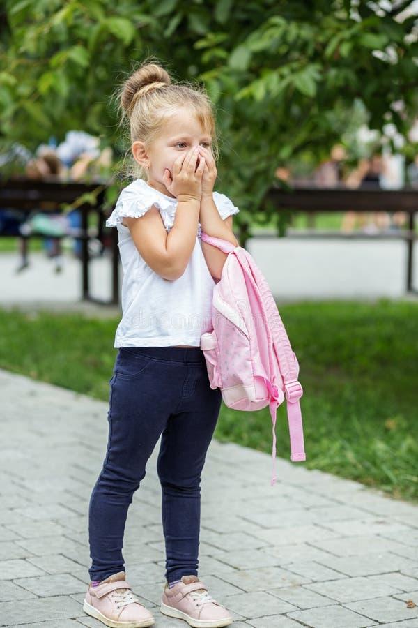 Un pequeño niño no quiere ir a enseñar El concepto de escuela, estudio, educación, niñez imagenes de archivo
