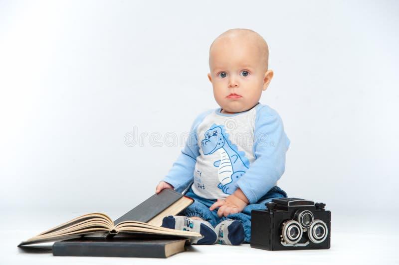 Un pequeño niño y una cámara fotografía de archivo libre de regalías