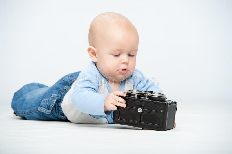 Un pequeño niño y una cámara fotos de archivo