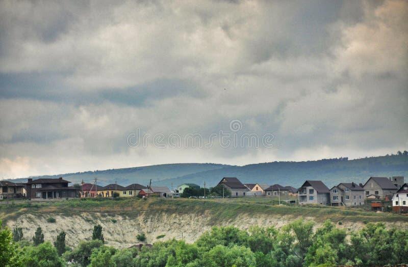 Un pequeño pueblo en las montañas Rusia imagen de archivo libre de regalías