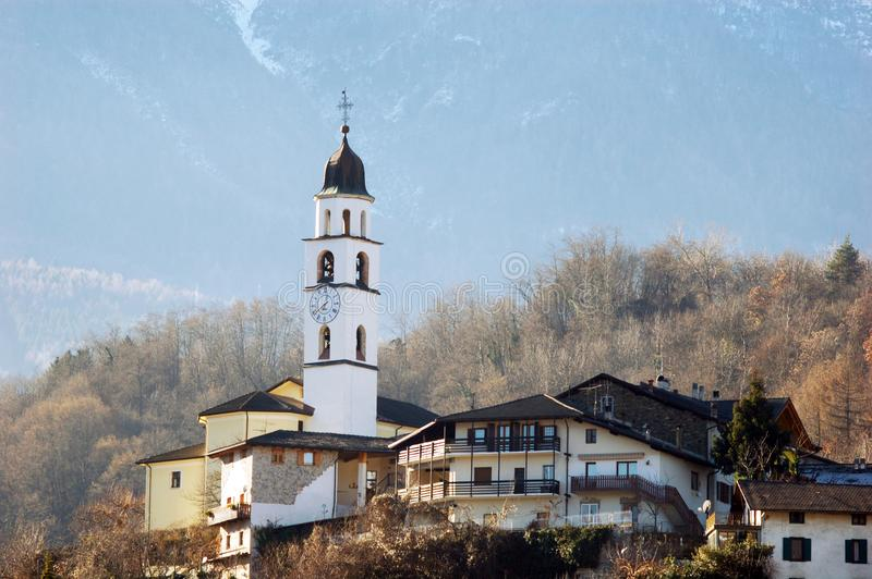 Un pequeño pueblo habitado por las montañas de Trentino Alto Adige fotografía de archivo libre de regalías