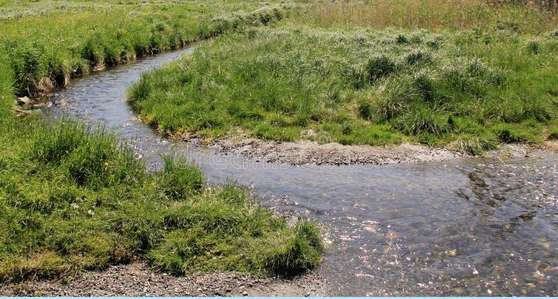 Un pequeño río rápido, muy pronto puede secarse foto de archivo