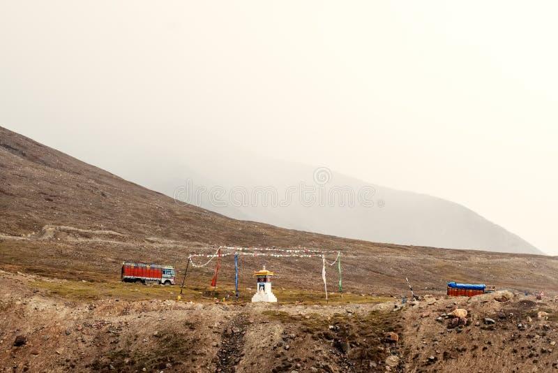 Un pequeño templo en las montañas de Himalaya fotografía de archivo