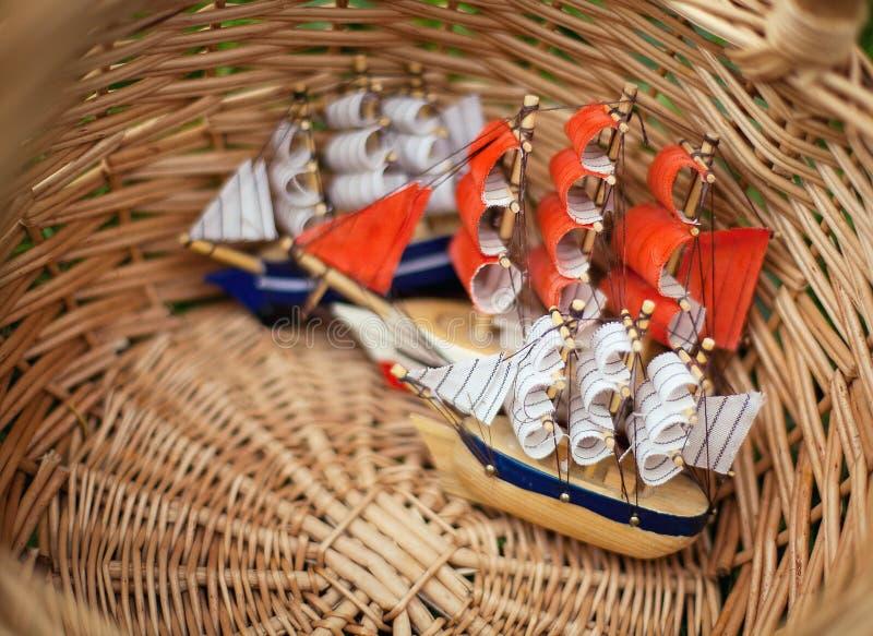 Un pequeño velero del juguete de los childs foto de archivo