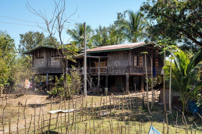 Un peque?o pueblo en el camino de Wat Phou a las islas de Nakasong en Laos fotografía de archivo