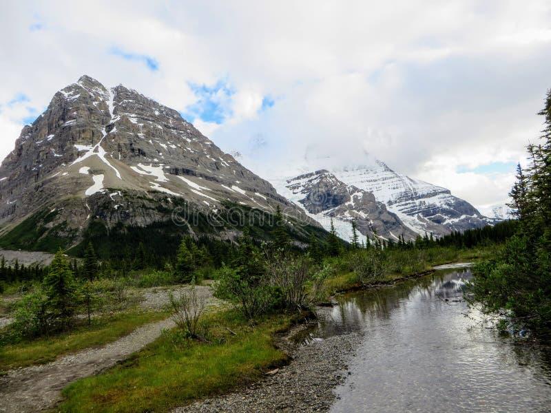 Un percorso che conduce al bello ghiacciaio di Robson del supporto lungo la traccia del lago berg fotografia stock libera da diritti