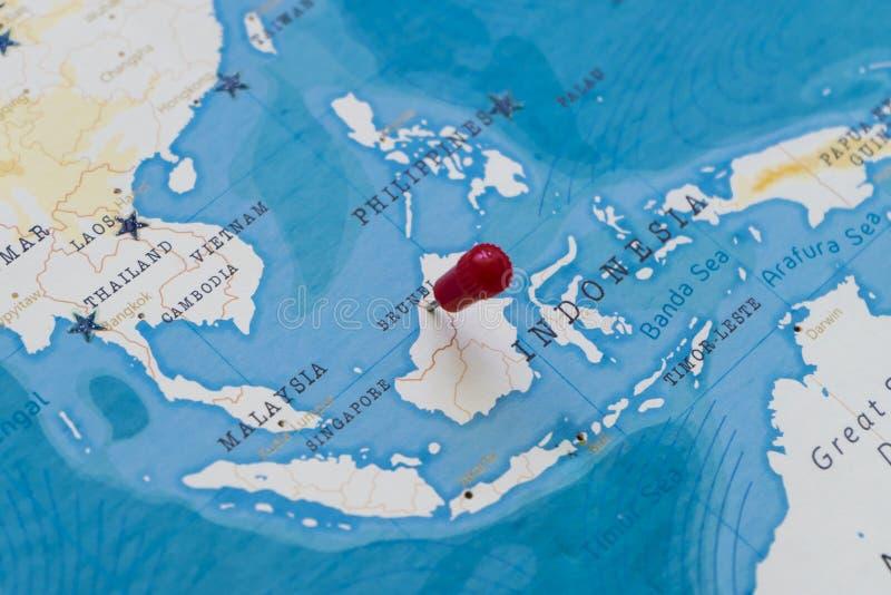 Un perno en Brunei en el mapa del mundo foto de archivo libre de regalías