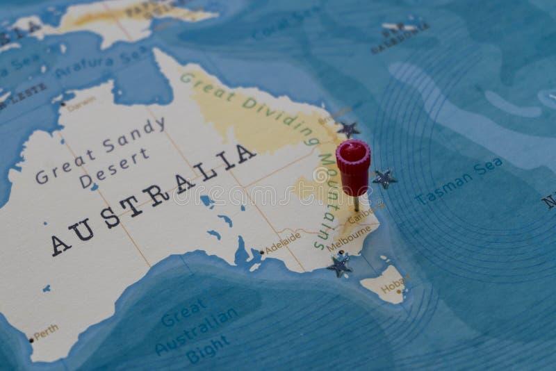 Un perno en Canberra, Australia en el mapa del mundo fotografía de archivo