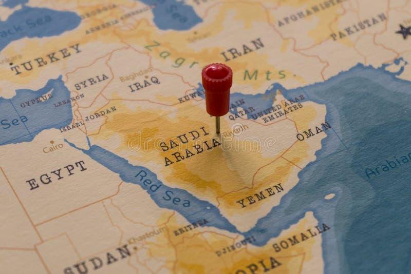 Un perno en Riad, la Arabia Saudita en el mapa del mundo imágenes de archivo libres de regalías
