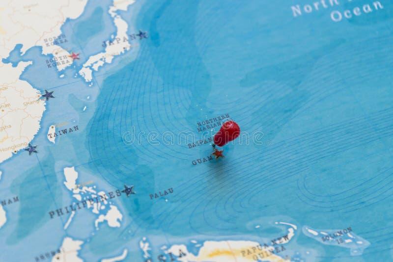 Un perno en Saipán en el mapa del mundo fotos de archivo