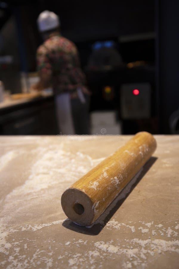 Un perno para la pizza prepararse en la tabla fotografía de archivo