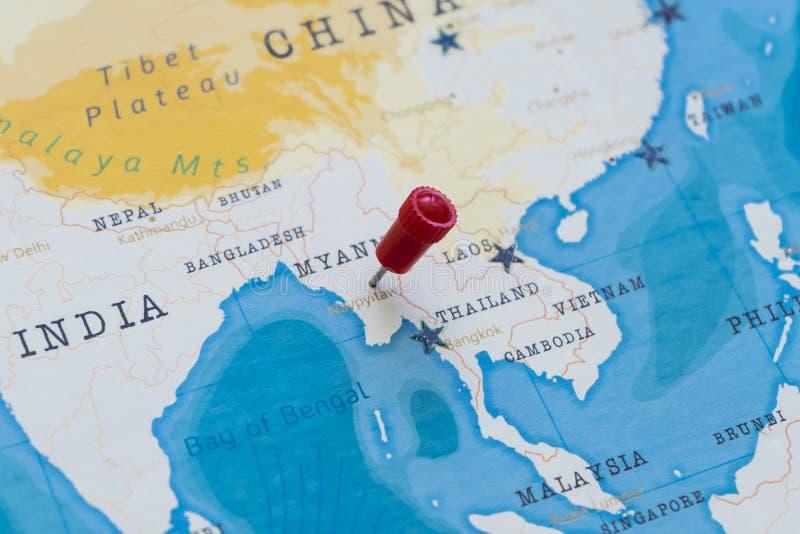 Un perno su naypyitaw, Myanmar, Birmania nella mappa di mondo immagine stock libera da diritti