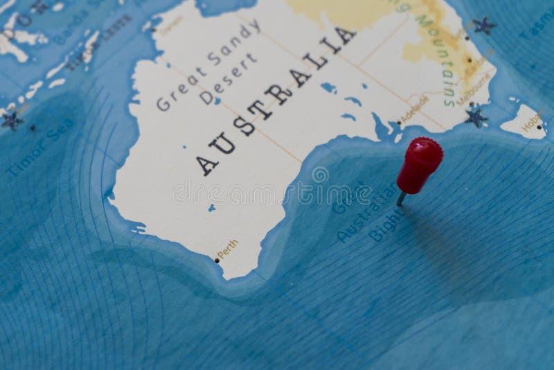 Un perno sulla grande ansa australiana nella mappa di mondo fotografia stock