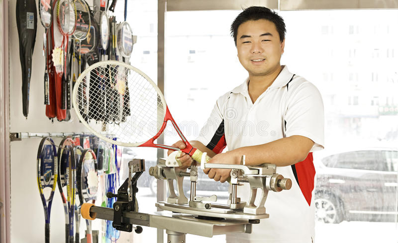 un personale maschile e una racchetta di tennis fotografia stock