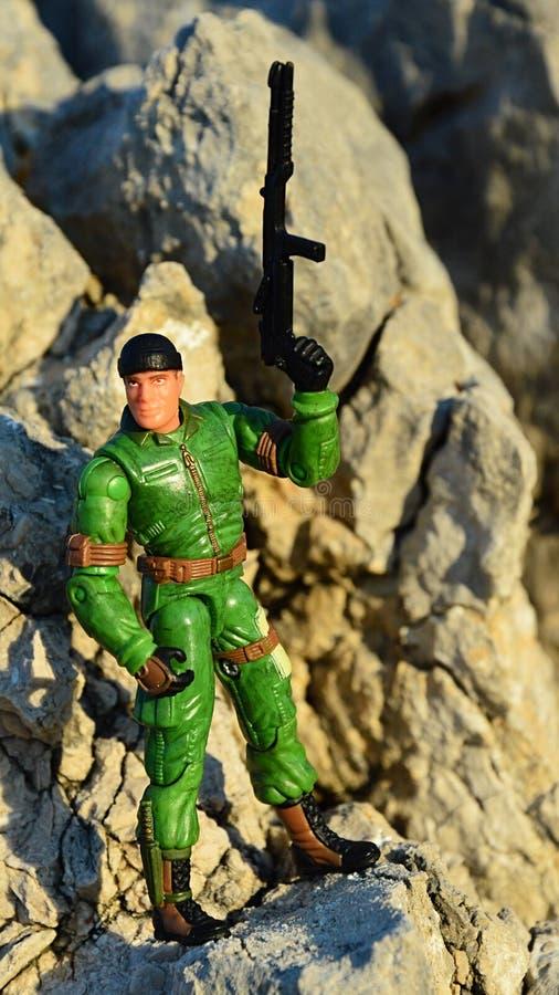 Un personnage de l'action du jouet GI Joe appelé Chef Torpedo debout sur les roches côtières images libres de droits