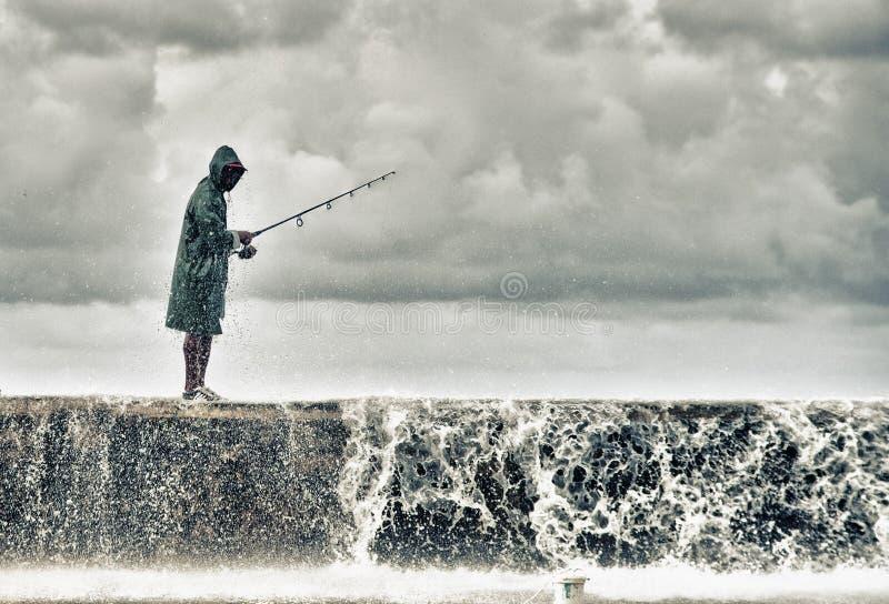 Un pescador en el malecon de La Habana foto de archivo