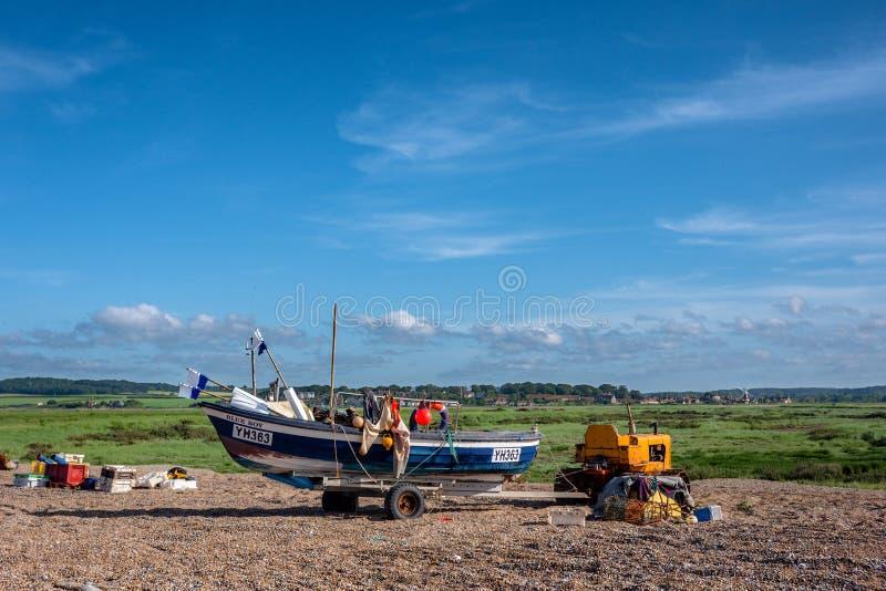 Un pescador en una playa de la tabla fotos de archivo