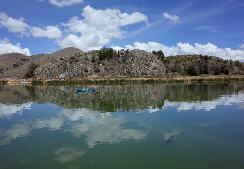 Un pescador local en un barco a las islas flotantes fotografía de archivo libre de regalías