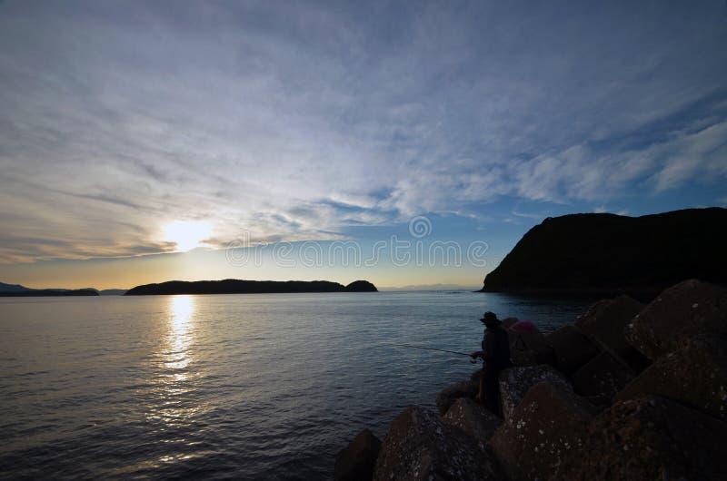 Un pescador y el mar japonés imagenes de archivo