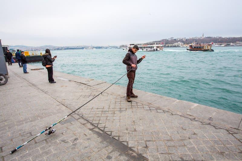 Un pescatore sul Bosforo fotografia stock