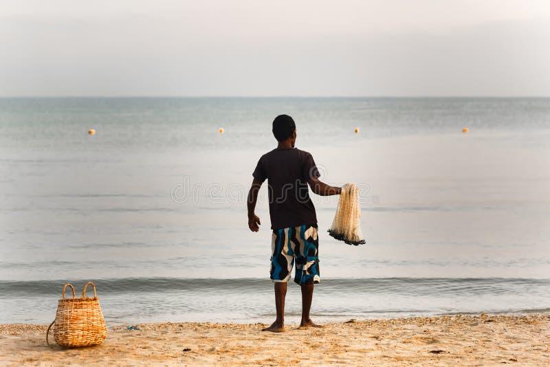 Un pescatore sulla spiaggia sta andando gettare le reti Lo Sri Lanka, Kalk immagini stock libere da diritti
