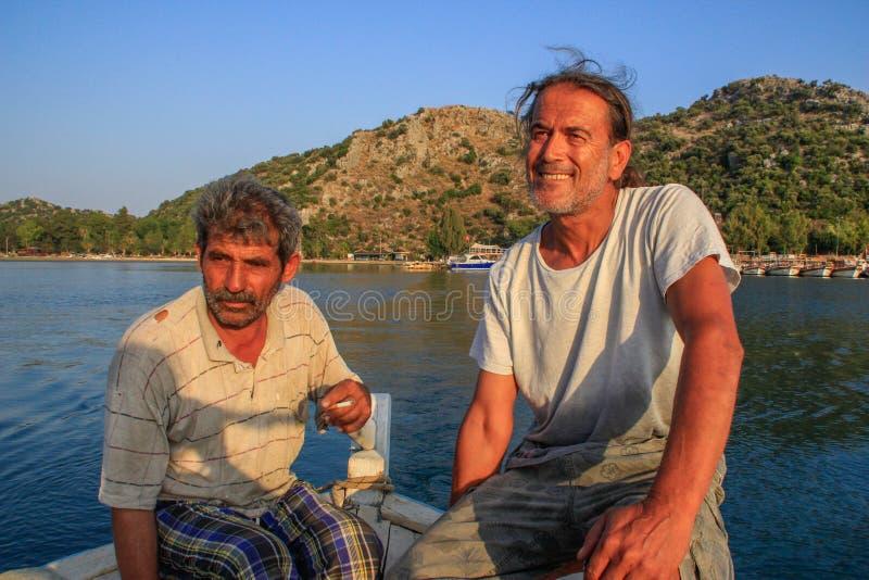 Un pescatore turco di due uomini in una barca al tramonto nel Mediterraneo fotografia stock libera da diritti