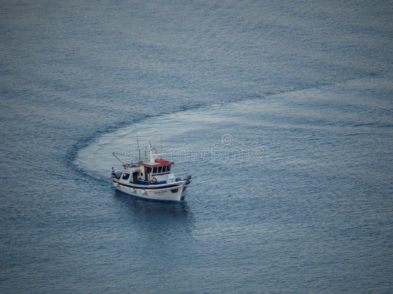 Un peschereccio che ritorna al piccolo porto di Astypalaia all'Unione Sovietica immagini stock