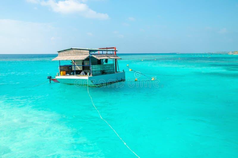 Un peschereccio tipico per le Maldive contro l'acqua azzurrata dell'oceano fotografia stock