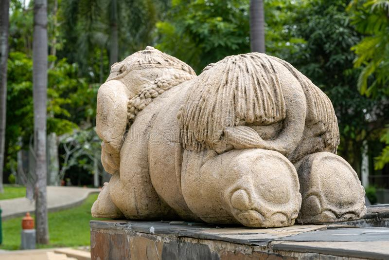Un petit éléphant drôle, la sculpture est âne à la visionneuse image stock