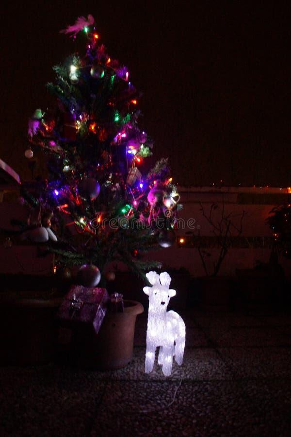 Un petit arbre de Noël avec les garages électriques de toutes les couleurs images libres de droits