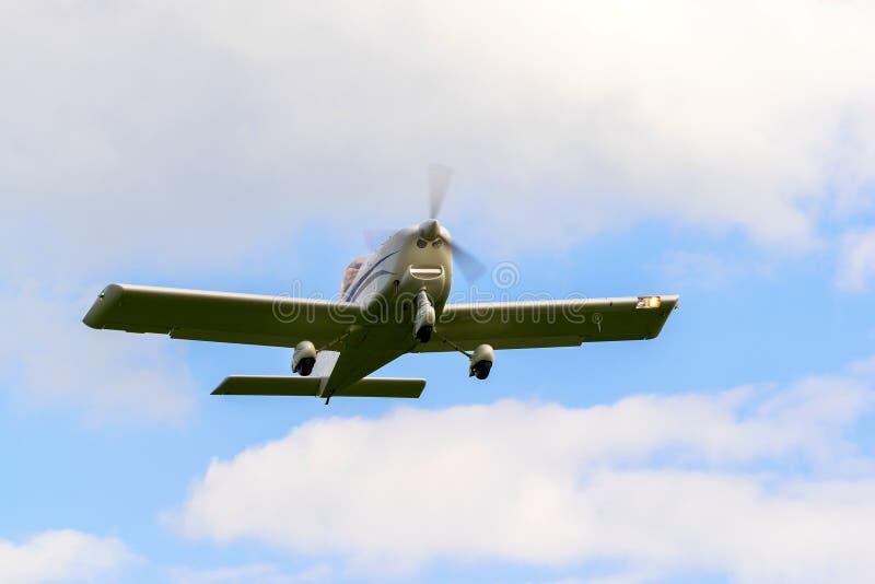 Un petit avion exécute un vol images libres de droits