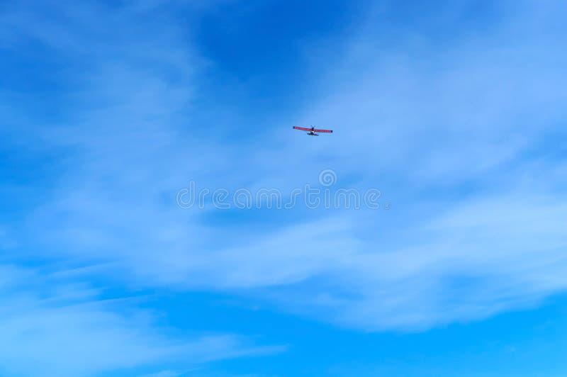 Un petit avion monte dans le ciel bleu, planeur dans le ciel photo stock