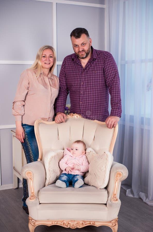 Un petit bébé est photographié dans un bel équipement pendant 6 mois photo libre de droits