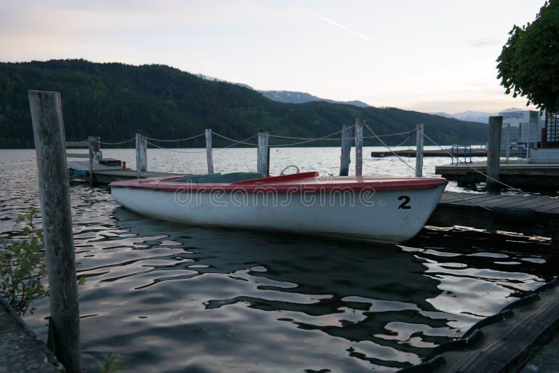 Un petit bateau dans le dock photographie stock