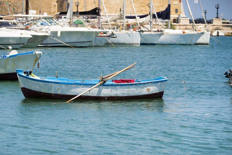 Un petit bateau dans le port de Bari, Pouilles, Italie image stock