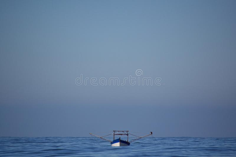 Un petit bateau fonctionne avec le shrimpnet images libres de droits