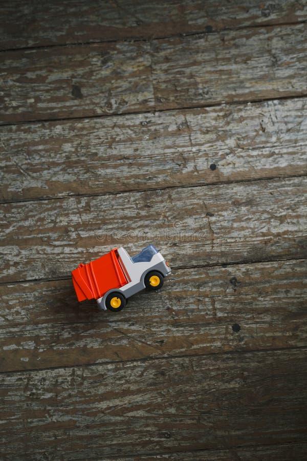 Un petit camion de jouet se trouve sur un plancher rustique en bois images libres de droits