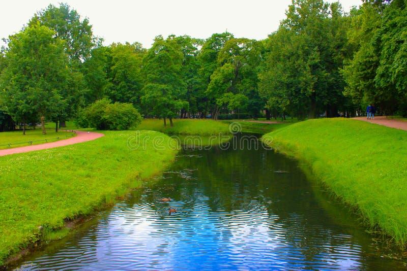 Un petit canal de rivière en parc d'été images stock