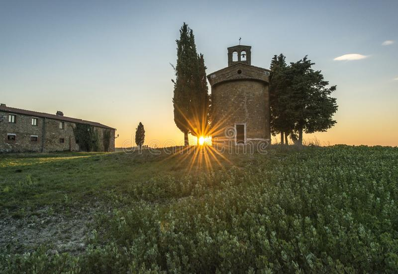 Un petit château en pierre dans un domaine vert image libre de droits