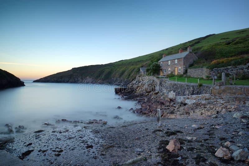 Un petit cottage par la mer image libre de droits