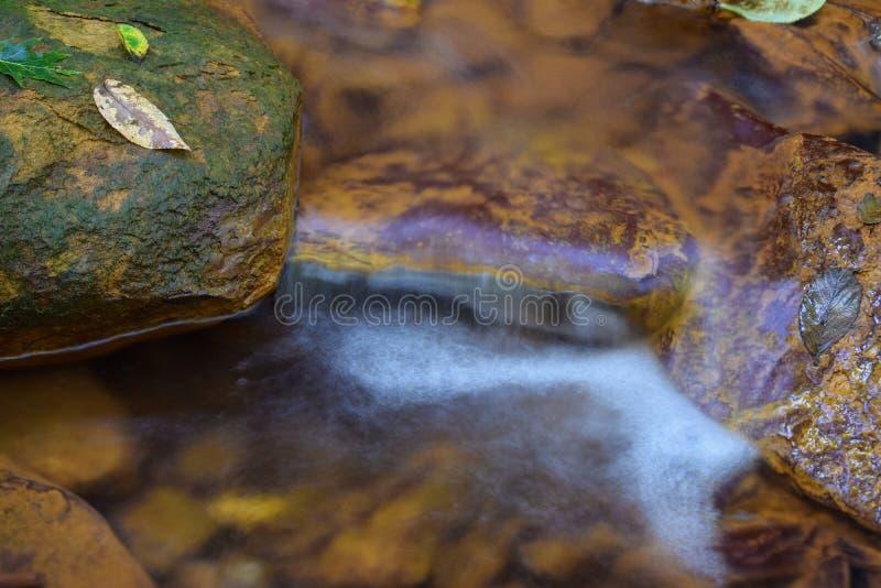 Un petit courant a souillé l'orange du drainage de mine acide photos libres de droits