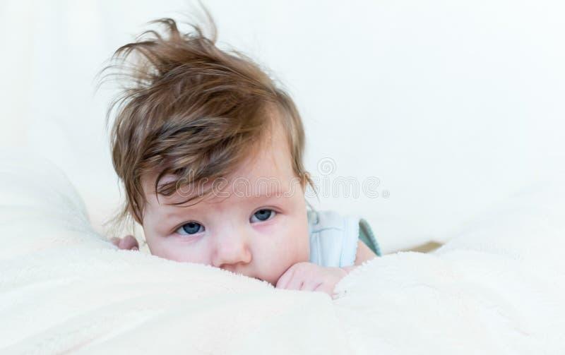 Un petit enfant est triste ou malade photographie stock