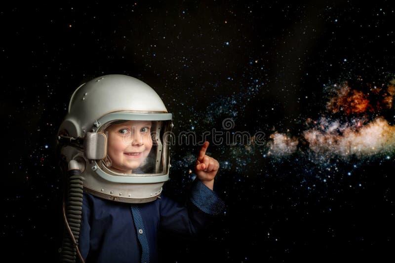 un petit enfant veut piloter un avion portant un casque d'avion photo stock