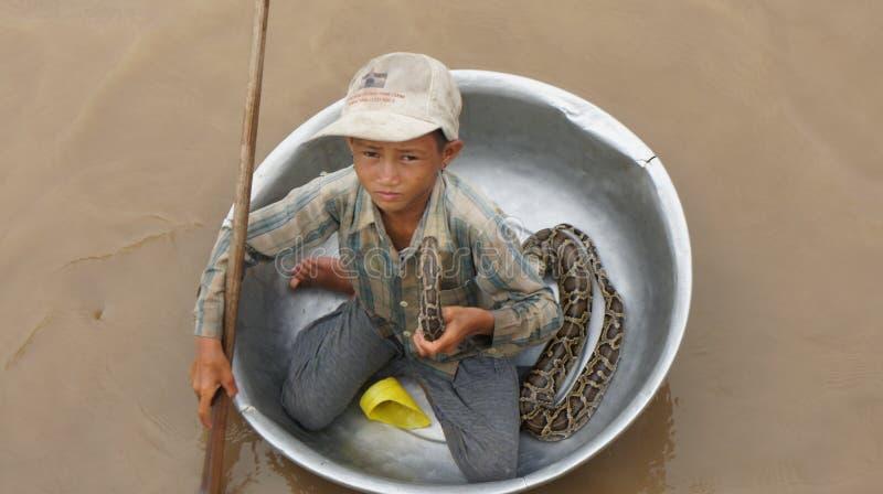 Un petit garçon dans un bassin sur la sève de Tonle de lac images libres de droits