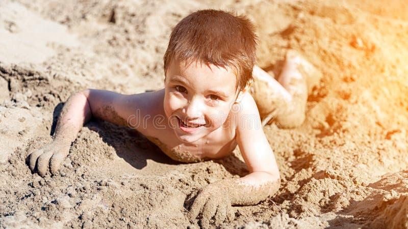 Un petit garçon gai photo stock