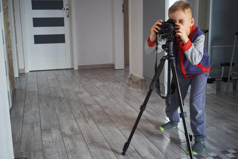 Un petit garçon prend des photos images libres de droits