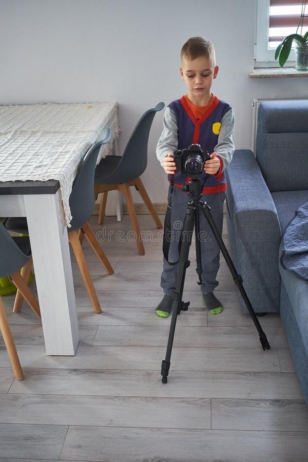 Un petit garçon prend des photos photographie stock